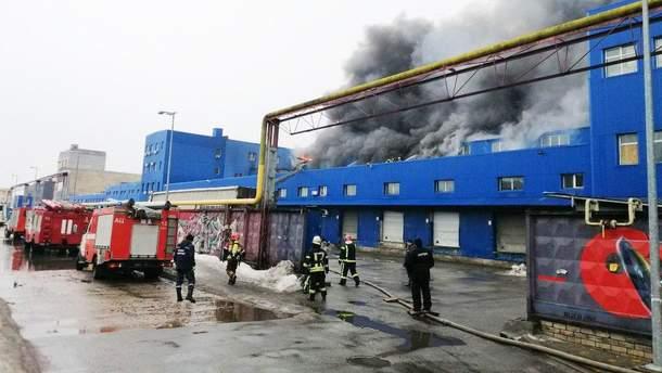 В Киеве потушили пожар на складах