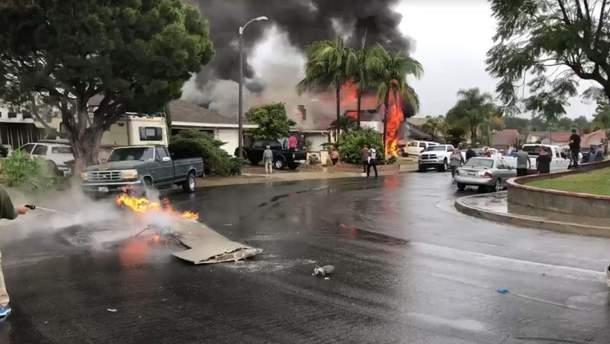 Легкомоторный самолет врезался в жилой район в США