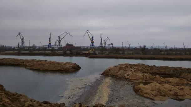 У Криму окупанти знищили частину дамби сховища, тепер токсичні відходи йдуть у море