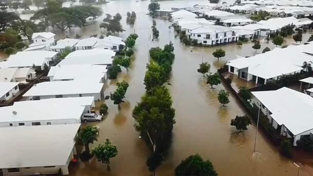 Люди пересуваються вулицями на човнах: руйнівна повінь накрила Австралію