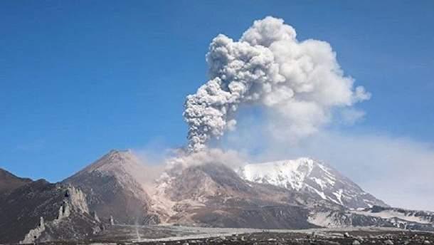 Вулкан на Камчатці викинув у небо хмару попелу