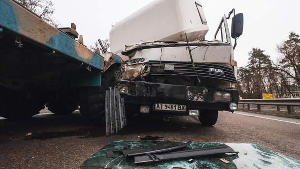 На місці ДТП розкидані деталі автомобілів