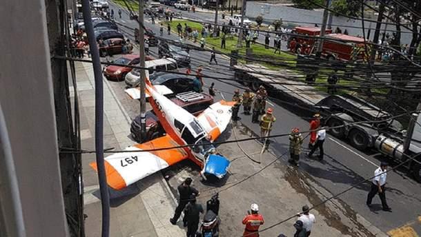 Посеред вулиці у Перу впав військовий літак