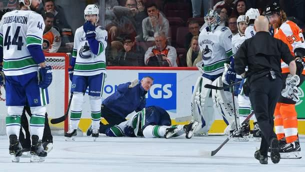 В матче НХЛ хоккеист нелепо ударился головой об лед