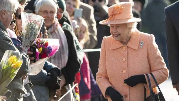 Елизавета II в костюме цвета Pantone-2019