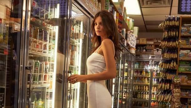 Эмили Ратаковски в сексапильной рекламе