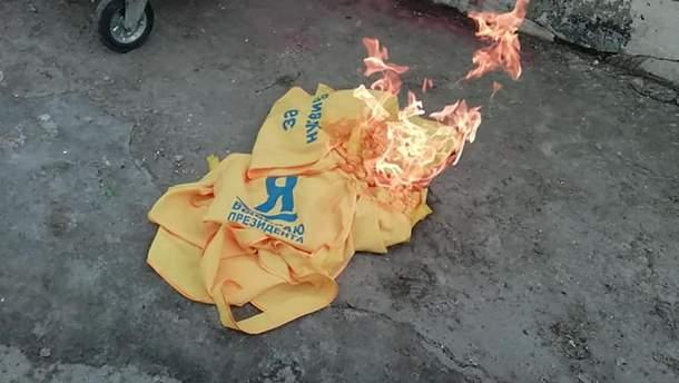 В Днепре детям раздавали накидки, агитирующие за Януковича