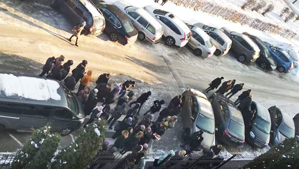 """Допоки в """"Аграрному фонді"""" тривають обшуки, його працівники чекають на вулиці"""