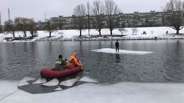 На Русановке спасли подростка с отколотой льдины
