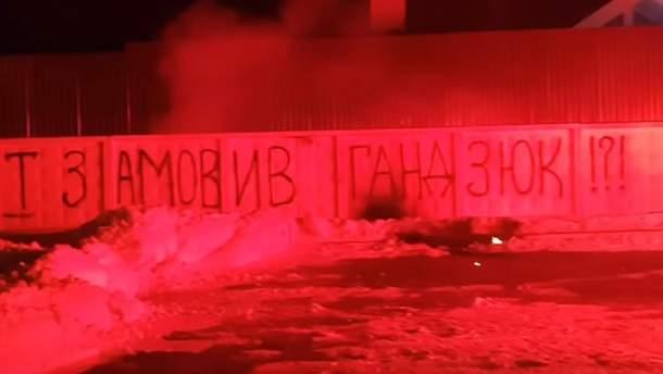 Активисты начали пускать салюты возле дома Авакова