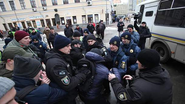 """У соцмережах """"полюють"""" на поліцейських, які побили активістів у Києві"""