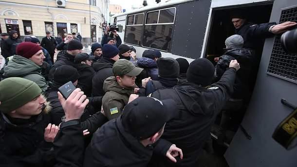 Затримання активістів під Подільським райвідділом поліції у Києві