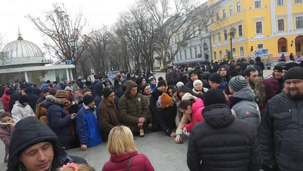 Сотні людей зібралися на мітингу