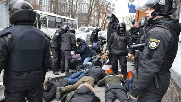 """Полицейскому, который бил активиста со словами """"ложись, Бандера"""", объявили о подозрении"""