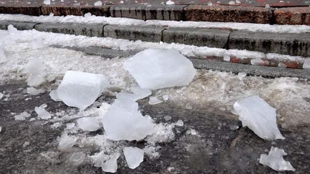Работнице ЖЭКа в Конотопе объявили подозрение из-за падения ледяной глыбы, в результате чего умер человек