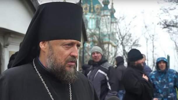 Вели як злочинця: єпископа УПЦ МП депортували з України (фото)
