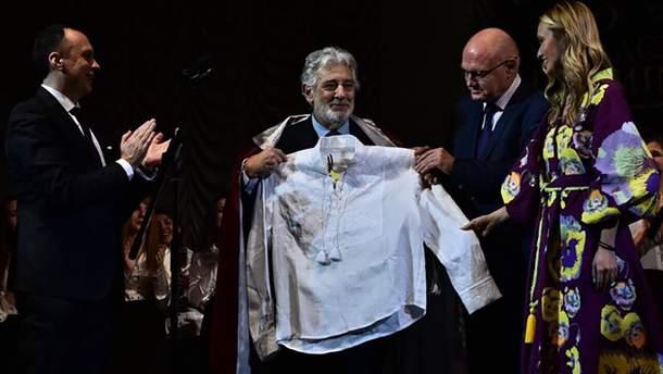 Пласидо Доминго стал профессором в Украине и получил вышиванку