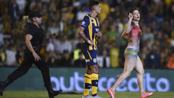 Оголена жінка та пес перервали футбольний матч в Аргентині
