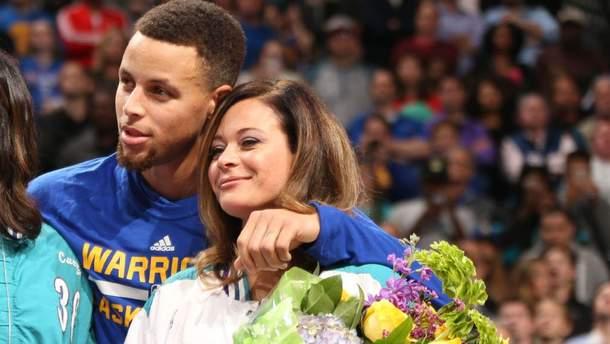 Мать звездного игрока НБА забила сумасшедший бросок с центра площадки: видео
