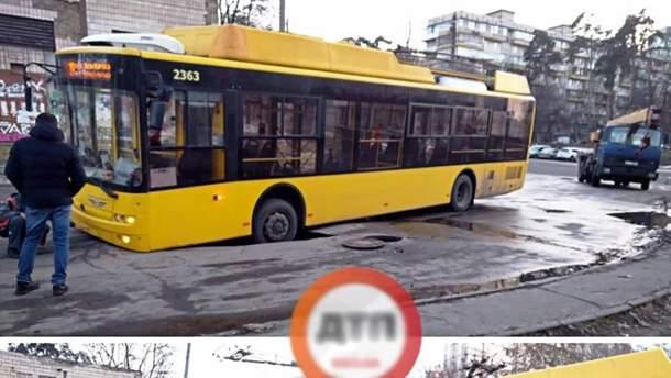 В Киеве троллейбус частично провалился под асфальт