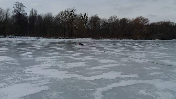 Двое подростков провалились под лед