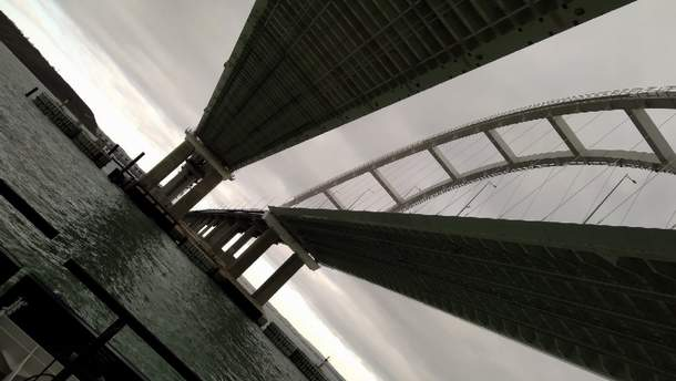 Крымский мост очень низкий, и это может вредить судоходству