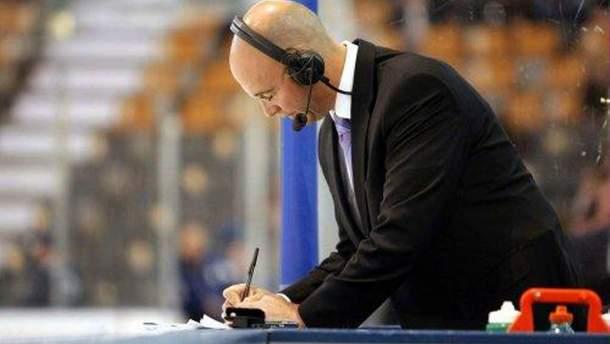 Во время матча НХЛ шайба едва не попала комментатору в голову: головокружительное видео