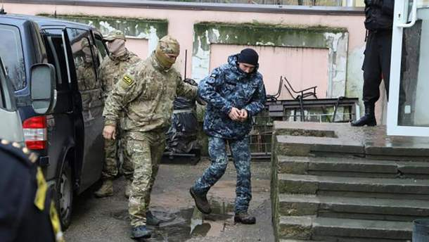Украинцы в плену РФ: суд оставил под стражей 20 украинских военнопленных моряков
