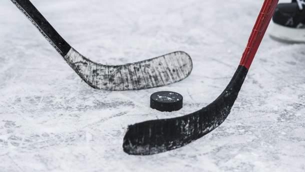 Родители юных хоккеистов устроили жестокую драку во время матча: видео