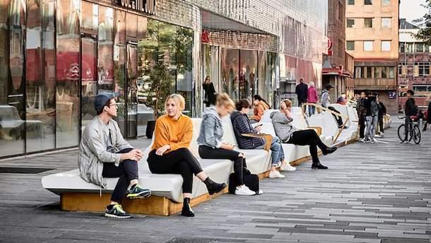 В Швеции оживили площадь с помощью длинной скамьи