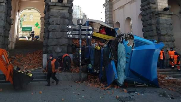 Фура с кирпичом перевернулась на Крещатике: фото и видео