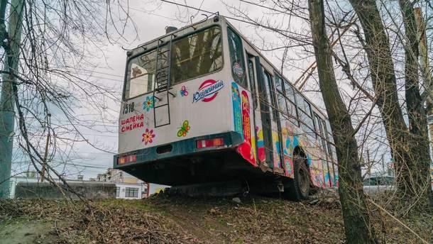 Троллейбус чуть не слетел с моста
