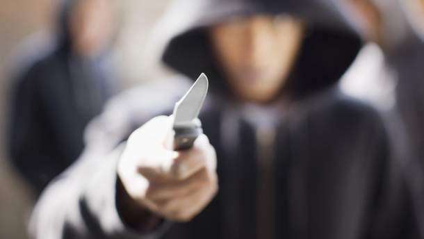 Нападение на Подоле: преступники избили с ножом и ограбили подростка