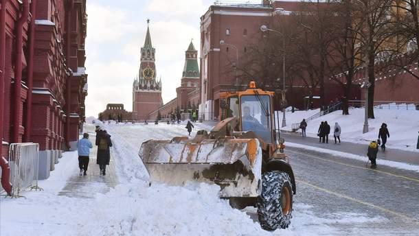 Москву 1 марта засыпало снегом, а один из коммунальщиков решил порисовать на нем