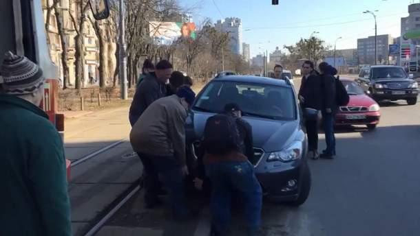 У Києві пасажири знесли авто, припарковане на трамвайній колії