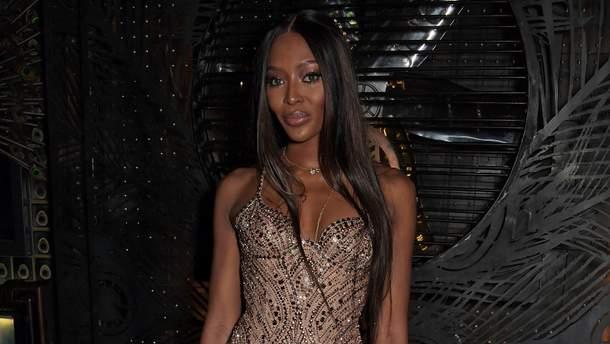 9654c6a2aa00b0c 48-летняя Наоми Кэмпбелл в роскошном платье с 25-летним бойфрендом ...