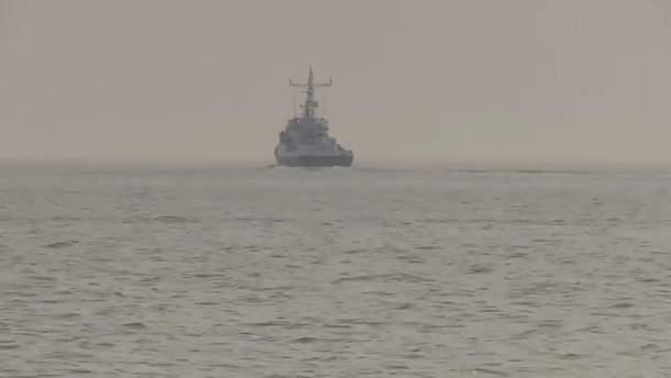 Корабль России сблизился с украинским буксиром