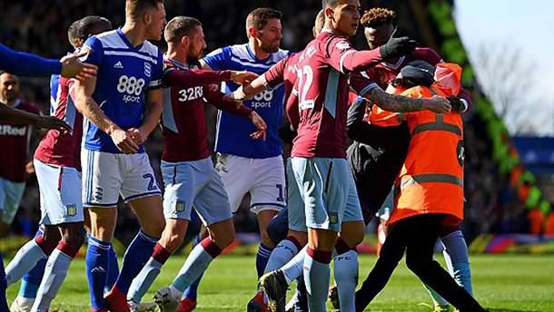 В Англии грубый фанат отправил футболиста в нокдаун