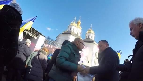 Охоронець Порошенка вирвав плакат з рук журналіста у Чернігові