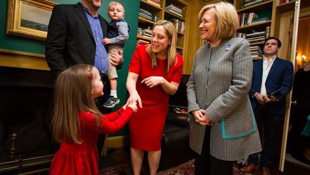 """Гілларі Клінтон з представниками ініціативи """"Голосуй за маму"""""""