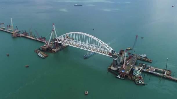 У Керченській протоці сіло на мілину судно з України