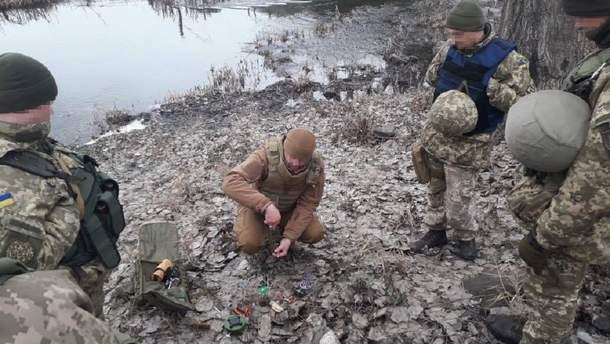 Інструктор Євген проводить заняття з саперами у Слов'янському районі