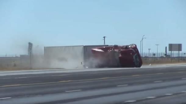 У США потужний порив вітру зніс із траси вантажівку