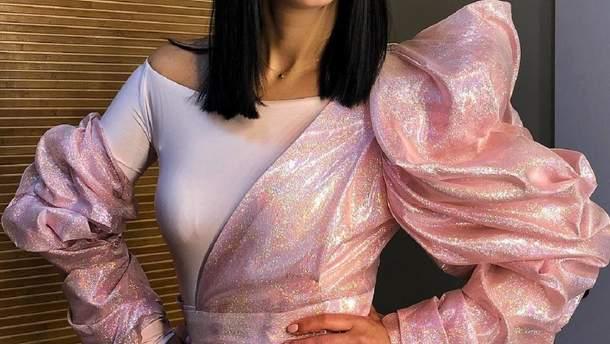 В белом жакете и широких штанах: Джамала показала стильный образ