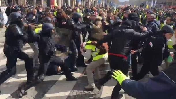 Столкновения протестующих и полиции в Париже