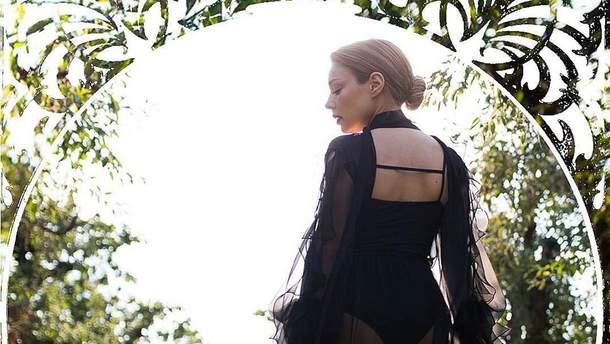 Відома франківчанка Тіна Кароль приміряла пікантні вбрання від українського дизайнера: фото