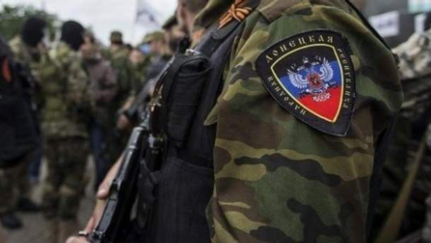 Пророссийский боевик побил гражданского на блокпосту