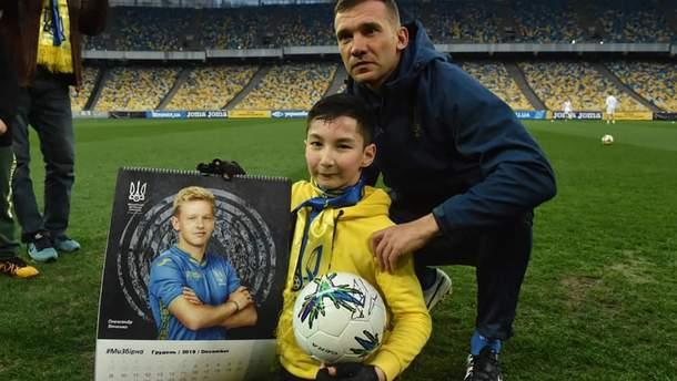 Мальчик без ног специально прилетел на тренировку сборной Украины из Казахстана: фото