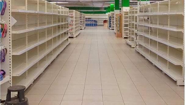 Пусті полиці супермаркету в окупованому Донецьку