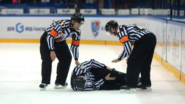У Канаді хокеїст брутальним ударом відправив суддю в нокдаун: карколомне відео